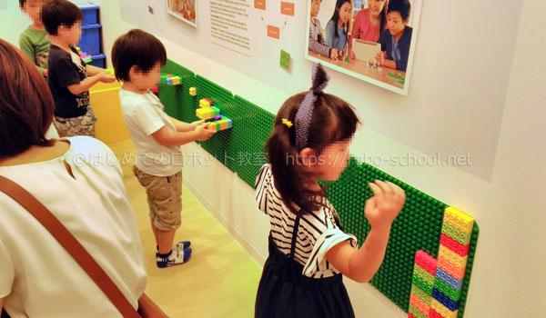 レゴスクールの待合ロピーで遊ぶ子どもたち